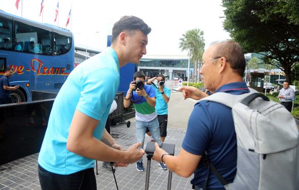 Văn Lâm cùng HLV Park Hang Seo trò chuyện trước khi chia tay - Ảnh: N.K.