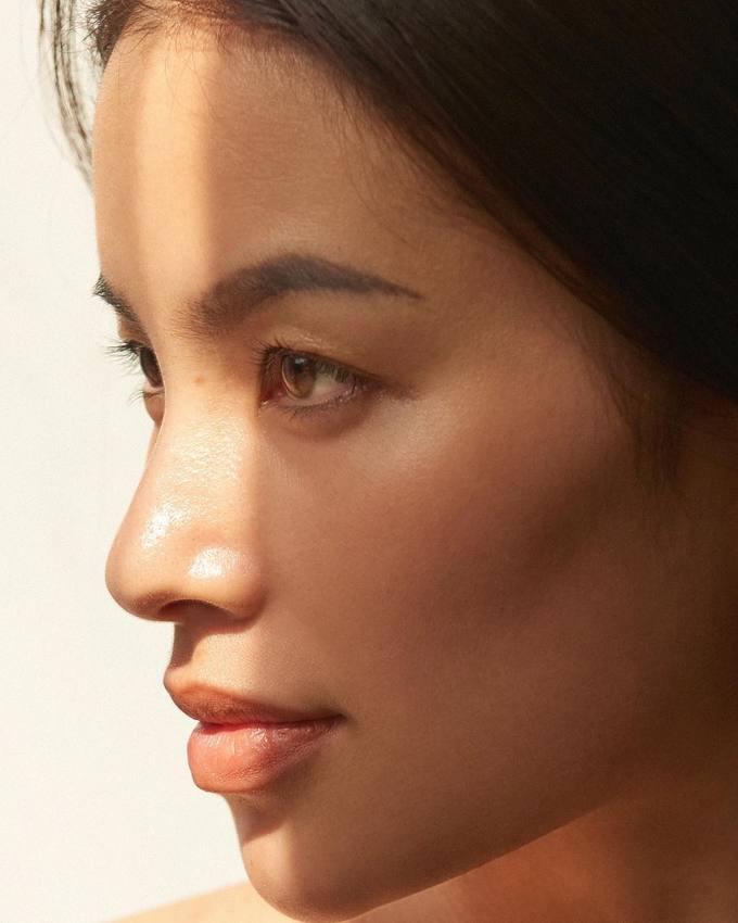 Tuy nhiên, khoảng một năm trở lại đây, khi sang Mỹ để chữa bệnh tuyến giáp kết hợp ký hợp đồng với công ty quản lý mới nhằm thử sức ở lĩnh vực thời trang cao cấp, Phạm Hương dần chuyển sang kiểu makeup nhẹ nhàng, tự nhiên hơn.