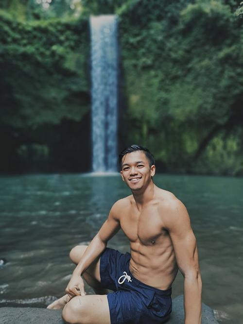 """Trọng Hiếu khoe body 6 múi bên thác nước và cho biết: """"Chỗ thiên niên đẹp và thoải mái thế này Hiếu chỉ ước được tắm nude""""."""