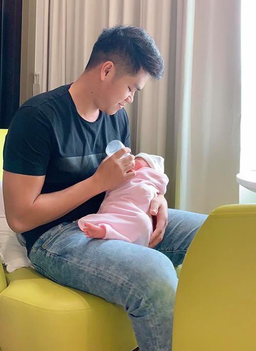 Diễn viên Lê Phương an nhàn, tha hồ ngủ vì chồng trẻ Trung Kiên chăm con gái nhỏ cả ngày lẫn đêm.
