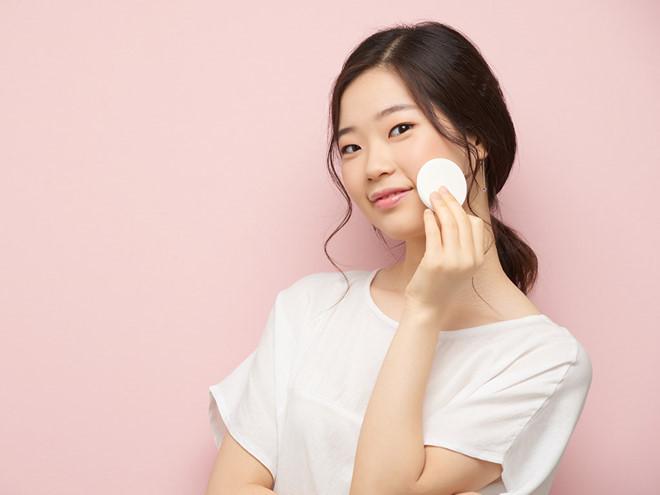 Các bạn nữ nên chú ý dưỡng trước khi trang điểm để không gây hại cho da về lâu dài.