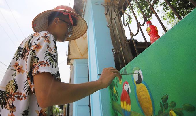 Cách đây 6 tháng, nhóm họa sĩ trẻ gồm 7 sinh viên, đến từ một số trường đại học ở Hà Nội đã tình nguyện trang trí Chử Xá thành làng bích họa. Hơn 20 bức tranh được vẽ lên những bức tường quanh Chử Xá, tạo nên diện mạo mới cho ngôi làng cổ này.