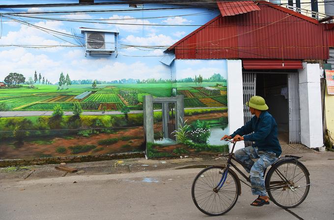 Từ trung tâm Hà Nội, bạn đi qua cầu Chương Dương, sau đó rẽ phải đi theo hướng đến làng gốm Bát Tràng. Qua làng gốm khoảng gần 5 km, rẽ phải tiếp. Vào đến đây, bạn có thể hỏi người dân cụ thể đường đi lại hoặc sử dụng Google Maps.