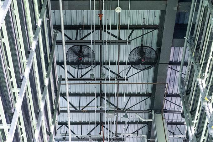 Hệ thống quạt, máy điều hòa áp suất không khí cũng được điều khiển trong các căn phòng máy chủ một cách khoa học, quy củ... đảm bảo chất lượng rau xanh tốt nhất.