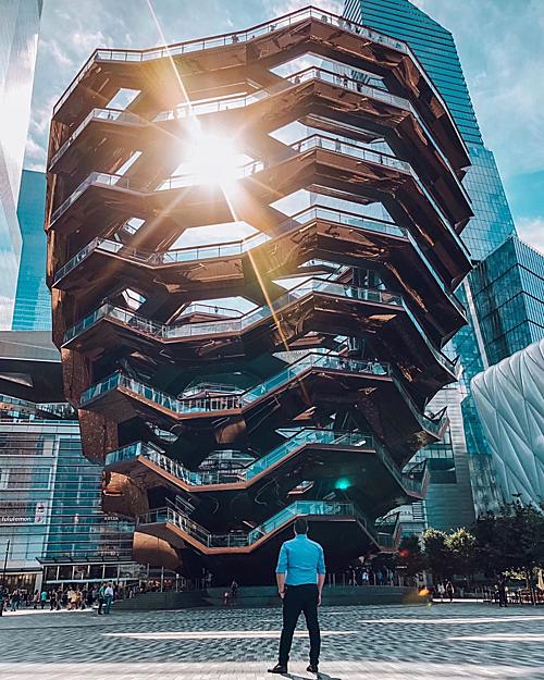 """Tòa nhà The Vessel (tên gọi khác là Hudson Yards Staircase) nằm tại quận Manhattan, New York (Mỹ) được khánh thành tháng 3 năm nay và nhanh chóng trở thành địa điểm check in hot nhất nhì thành phố. Công trình còn được ví là """"tháp Eiffel của New York"""" vì lượng khách khổng lồ tới đây chụp ảnh mỗi ngày."""