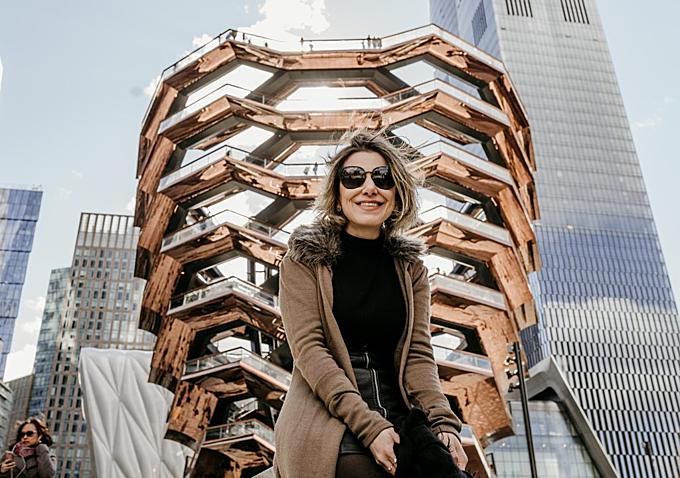 """Phần viền của mỗi cầu thang đều được mạ kim loại màu rose gold, đặc biệt tạo ra hiệu ứng dưới ánh nắng. Công trình được lên ý tưởng từ năm 2016, bắt đầu xây dựng năm 2017 và khánh thành vào ngày 15/3 năm nay. Chỉ sau nửa năm, The Vessel đã hot trên """"mọi mặt trận"""" từ Instagram, Facebook hay Twitter của những tín đồ du lịch."""