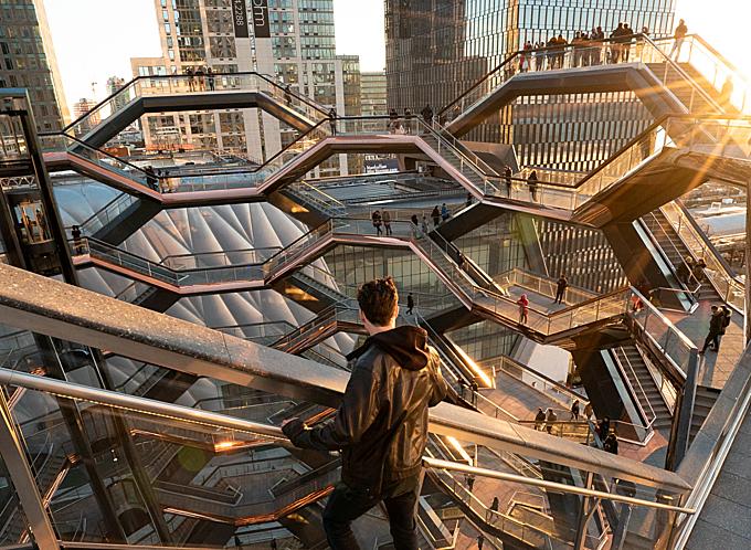 Cầu thang hở, lan can kính mang đến do du khách tầm nhìn 360 độ về khu Manhattan hoa lệ và sông Hudson ở New York. Du khách không cần phải chen chúc ở Quảng trường Thời Đại hay đảo Tượng Nữ thần Tự do mà vẫn có thể thỏa sức sáng tạo những bức ảnh độc đáo, không vướng người.