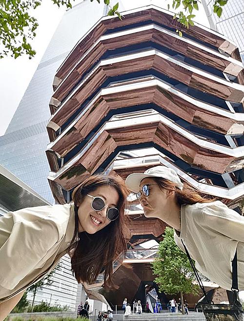 """Không chỉ dân du lịch, nhiều nghệ sĩ nổi tiếng cũng tranh thủ check in với tòa nhà """"ảo ảnh"""" này. Thị hậu TVB Đường Thi Vịnh và cô bạn thân Huỳnh Thúy Như đang có chuyến du lịch Mỹ cùng nhau. Một trong những điểm đến tâm đắc nhất của hai người đẹp chính là tòa nhà The Vessel."""