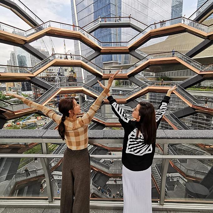 Hai cô nàng say sưa tạo dáng từ nhiều góc độ của tòa nhà. Nhiều người châu Á cho rằng, hình dáng công trình giống với chiếc đèn lồng giấy được cắt tỉa cầu kỳ của người Hoa vào những dịp lễ Tết.