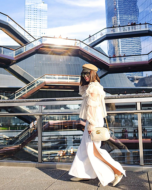 Công trình là tác phẩm của kiến trúc sư Thomas Heatherwick - người nổi tiếng với những thiết kế đô thị đương đại. Nhiều fashionista cũng tận dụng background của tòa nhà để cho ra đời những bộ ảnh thời trang.