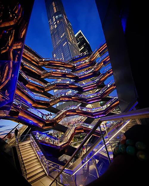 Khi thành phố lên đèn, tòa nhà The Vessel dường như còn lung linh và nổi bật hơn ban ngày.