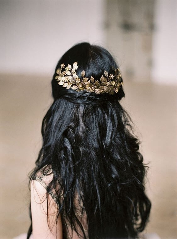 Hoặc tạo kiểu buộc nửa đầu kết hợp với xược cài tóc điệu đà.
