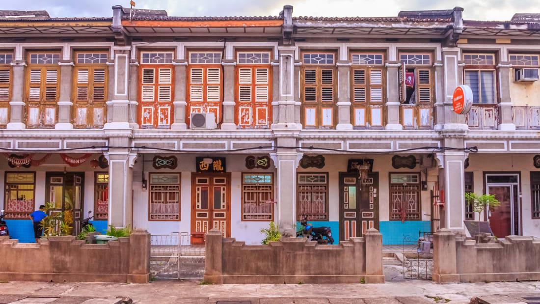"""George Town (Malaysia) là nơi giao nhau của 4 nền văn hóa: Malaysia, Trung Quốc, Ấn Độ và châu Âu. Những dãy nhà nhiều màu sắc của người Peranakan bảo tồn hơn 500 năm ngay trung tâm thị trấn hút du khách, được UNESCO công nhận di sản văn hóa thế giới. Khu gần bến tàu là dãy nhà tài chính xây theo kiểu Âu do ảnh hưởng văn hóa châu Âu thời còn là thuộc địa của Anh. Khách du lịch thường thuê xe đạp chạy quanh phố cổ ngắm cảnh, săn """"đặc sản"""" tranh tường của thị trấn."""
