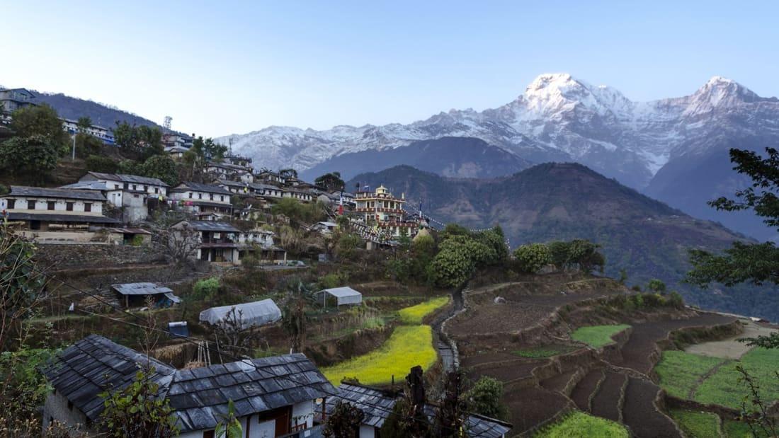 Ghandruk còn được gọi là làng Đá của Nepal, nằm ở độ cao hơn 2.000 m so với mực nước biển. Trong làng có nhiều quán trà, ngôi đền trên đỉnh núi. Du khách chỉ có thể đi bộ tham quan để hòa mình vào bầu không khí truyền thống và chiêm ngưỡng phong cảnh của dãy núi Himalaya.