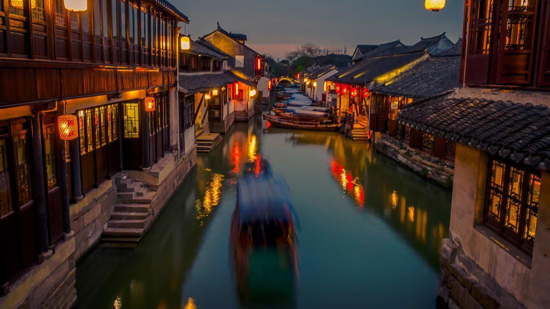 """Thủy trấn Chu Trang là cái tên khá lạ đối với du khách nước ngoài. Nhưng nó được ví như """"bảo tàng sống"""" về Trung Quốc thời xưa vì là một trong những trấn cổ nhất của đất nước tỷ dân, xây dựng từ hơn 900 năm trước. Nhà cổ, cầu đá, con kênh êm đềm... tất cả tạo thành bức tranh phong cảnh đẹp khỏi chê. Tuy nhiên, nếu muốn săn ảnh thì bạn nên đến đây ngày trong tuần cho đỡ đông."""