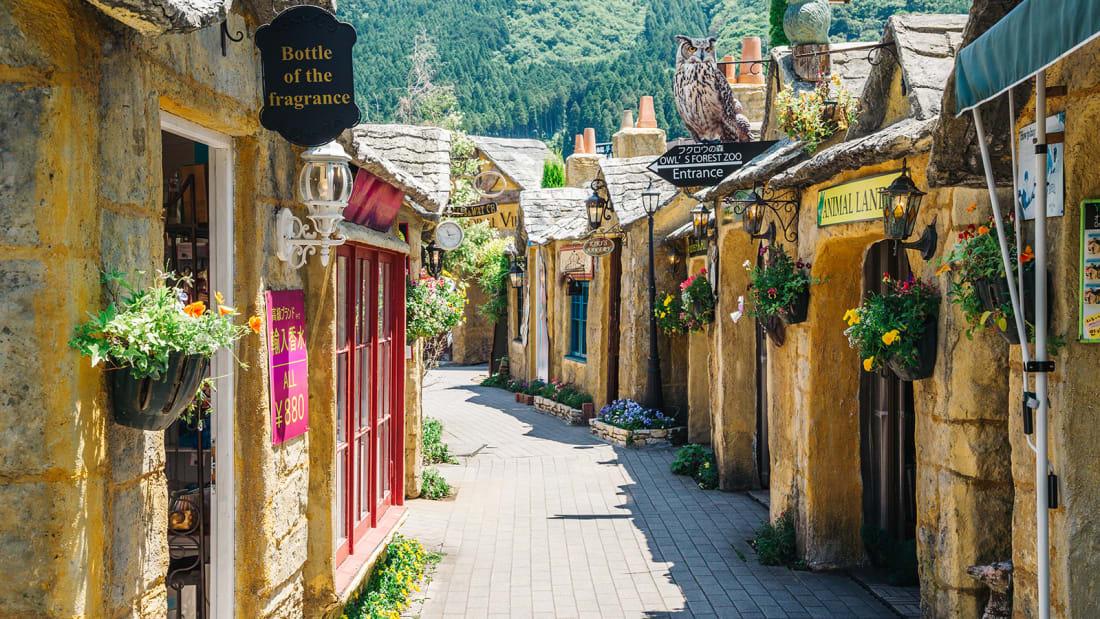 Đến thị trấn Yufuin ở Oita, Nhật Bản, du khách có cảm giác lạc vào xứ sở thần tiên. Con phố nhỏ lát gạch, trước mỗi căn nhà nhỏ treo chậu hoa, trang trí tượng cú mèo... như ngôi làng phù thủy. Yufuin đẹp nhất vào mùa thu, sắc vàng phủ núi Yufu phía sau, khung cảnh nên thơ, lãng mạn làm nao lòng lữ khách. Nơi đây nổi tiếng với suối nước nóng và món phô mai béo ngậy, thơm lừng.