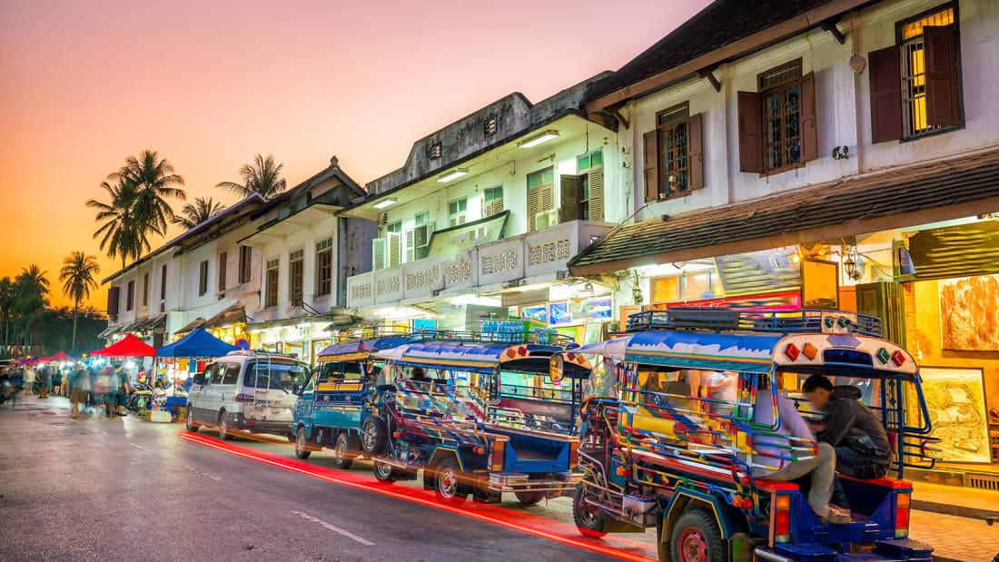 """Luang Prabang được xem như """"thủ đô"""" văn hóa và nghệ thuật của Lào. Nhà cửa xây theo kiến trúc đan xen hài hòa giữa châu Âu và Lào trong thời kỳ thuộc địa Pháp, tạo nên một thị trấn khác biệt. Bao quanh là nhiều điểm tham quan thiên nhiên đẹp như thác nước ba tầng Kuang Si, núi Phousi - nơi bạn có thể ngắm toàn cảnh nông thôn... Cuộc sống ở đây chậm hơn so với những nơi khác, thích hợp với người thích đi bụi nhiều ngày."""