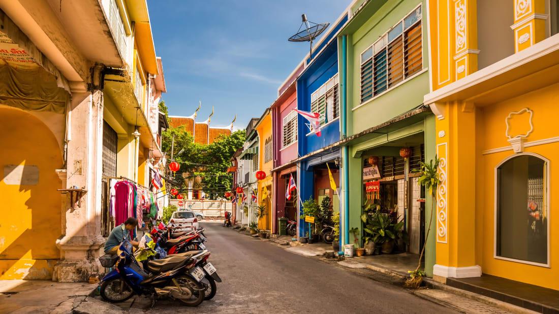"""Không chỉ nổi tiếng là điểm nghỉ mát lý tưởng ở Thái Lan, khu phố cổ nằm ngay trung tâm Phuket còn hút khách với những dãy nhà đầy màu sắc sặc sỡ được xây dựng từ thế kỷ 18-19. Đây cũng là nơi mà nhiều fashionista cho ra những bộ ảnh """"chất lừ"""". Đồng thời, dạo quanh phố, bạn có thể bắt gặp đủ tiệm chuyên món Thái."""