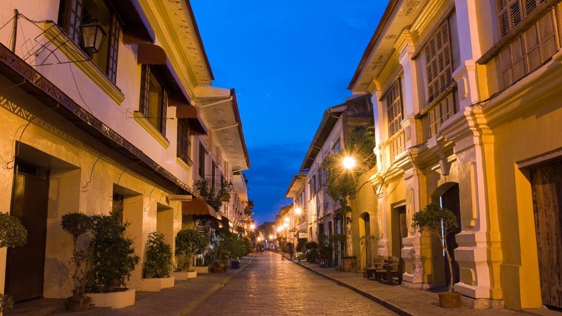 Người Tây Ban Nha xây thành phố Vigan trên bờ biển phía tây đảo Luzon, Philippines vào năm 1572, mang đậm phong cách châu Âu. Vì thế nó là một trong những nơi tốt nhất để trải nghiệm kiến trúc thời thuộc địa Tây Ban Nha, đặc biệt là trường phái nghệ thuật Baroque ở châu Á. Con đường rải sỏi, những ngôi nhà cổ nằm dọc hai bên được bảo tồn tốt. Nhiều nhà hàng, quán bar bán đồ Âu khá ổn.