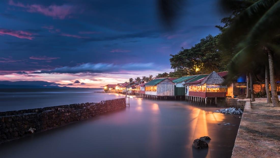 Thời gian gần đây, Kampot, gần Biển Hồ là sự lựa chọn của nhiều du khách khi đến Campuchia. Nổi tiếng với cảnh sông, trang trại hồ tiêu..., thị trấn ven biển thanh bình này là một trong những thị trấn nhỏ xinh đẹp nhất châu Á nhờ các cửa tiệm, nhà hàng xây từ thời thuộc địa Pháp đầy màu sắc. Đường phố thân thiện với người đi bộ, nhiều hoạt động ngoài trời thú vị dành cho du khách.
