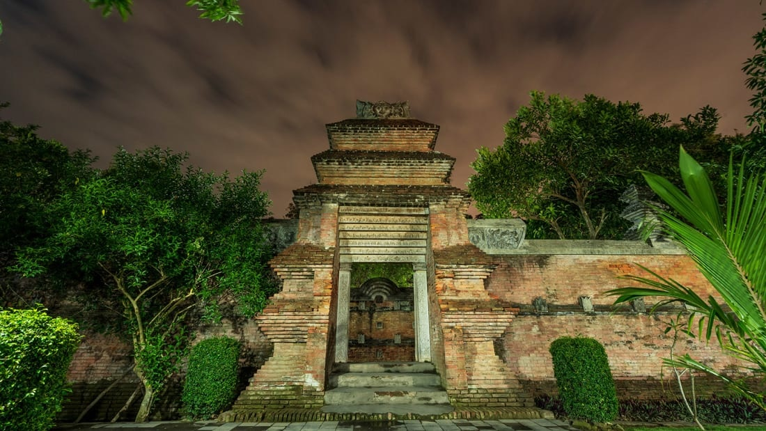 Kota Gede được biết đến với ngành công nghiệp bạc, làn đường nhỏ và kiến trúc đẹp ở Indonesia. Thời kỳ là thuộc địa của Hà Lan, nhiều thương nhân giàu có đã xây dựng những ngôi nhà nguy nga theo phong cách Kalang, pha trộn giữa kiến trúc Hà Lan, bố cục Java truyền thống và các chi tiết trang trí công phu.
