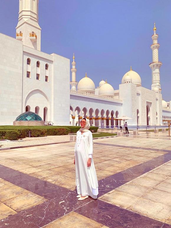 Người đẹp đã lộ bụng bầu khá to trong trang phục truyền thống của Dubai