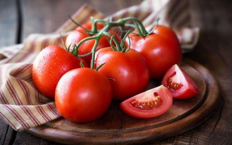 Cà chua cũng là thực phẩm chứa nhiều vitamin C và niacin. Nếu bạn duy trì được thói quen ăn cà chua mỗi ngày không chỉ có thể có tác dụng chống lão hóa mà còn làm cho làn da hồng hào và sáng bóng hơn theo thời gian.