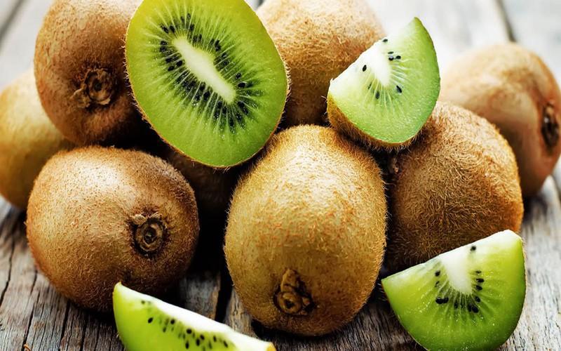 Kiwi rất giàu vitamin C hỗ trợ sản xuất melanin, ngăn ngừa sắc tố, giữ cho làn da sáng và giúp loại bỏ các đốm đen trên da như tàn nhang, nám.