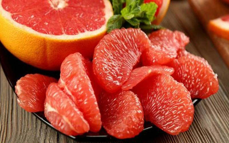 Bưởi là thức quả hàng đầu trong thực đơn giảm cân. Một nghiên cứu đã chứng minh rằng các chất dinh dưỡng trong bưởi kích hoạt các tế bào mỡ nâu, giúp đốt cháy calo đồng thời giảm cảm giác thèm ăn