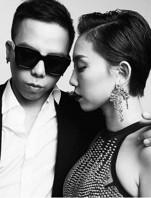 Hôm 8/9, lần đầu tiên Hoàng Tuliver đăng tải hình ảnh với Tóc Tiên trên trang cá nhân của anh. Sau đó một ngày, nữ ca sĩ chính thức xác nhận mối quan hệ tình cảm.