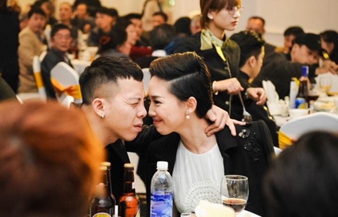 Một khoảnh khắc gần gũi của Tóc Tiên và bạn trai tại sự kiện lọt vào ống kính phóng viên.