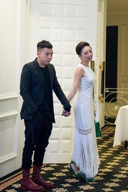 Khán giả liên tục đặt câu hỏi về sự rạn nứt giữa Tiên và bạn trai, nhưng cô giữ im lặng. Sau đó những hình ảnh vui vẻ của cặp đôi lại được chia sẻ như một cách trả lời dư luận.