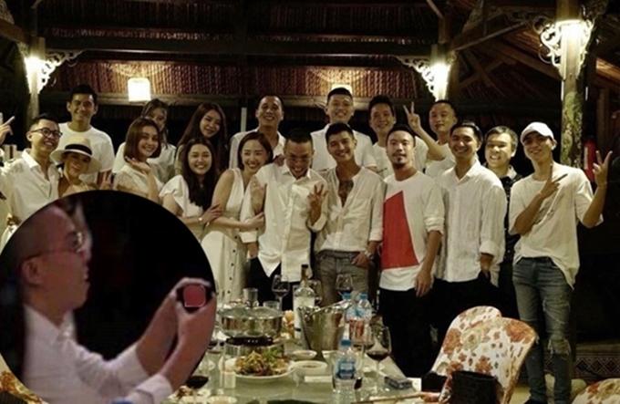 Tháng 8/2018, cộng đồng mạng chuyền tay đoạn video ghi lại hình ảnh chàng producer quỳ gối cầu hôn một cô gái có dung mạo giống Tóc Tiên. Dù sau đó Hoàng Touliver lên tiếng phủ nhận, khán giả vẫn cho rằng anh đã ngỏ lời và được bạn gái đồng ý.