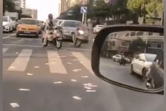 Giao thông tắc nghẽn vì nhiều người dừng xe nhặt tiền. Ảnh: SCMP.