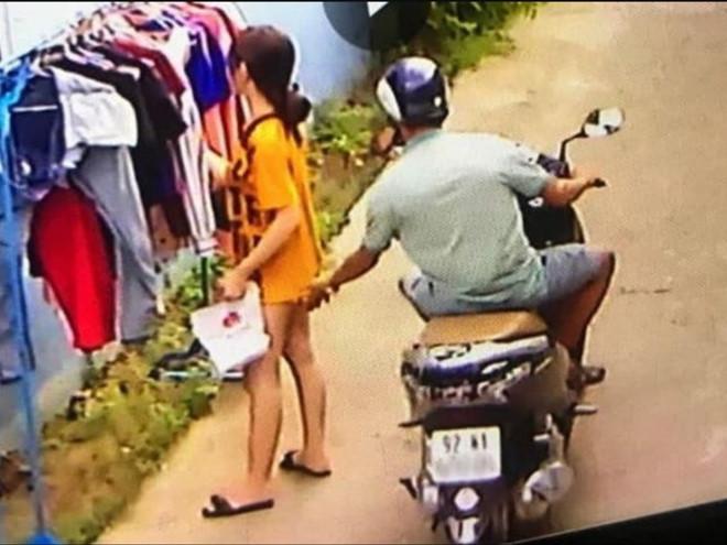 Hành động người đàn ông sàm sỡ cô gái khi cô này đang phơi đồ, được camera ghi lại ẢNH: CẮT TỪ CLIP