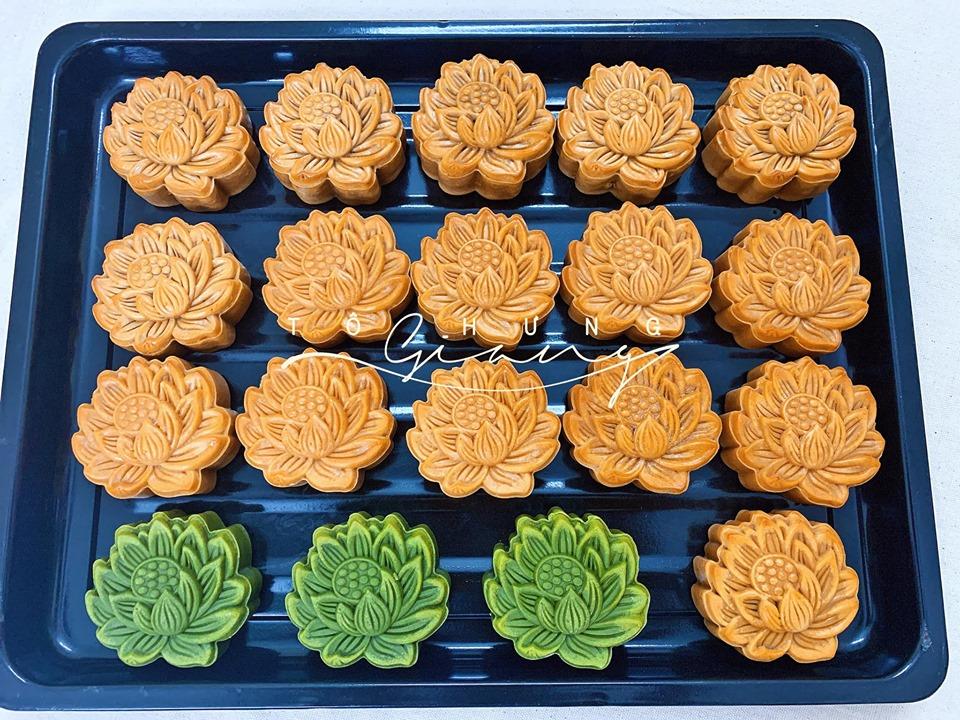 Ngoài làm bánh trung thu hiện đại, chị Giang còn tỉ mỉ trong từng chiếc bánh trung thu truyền thống.