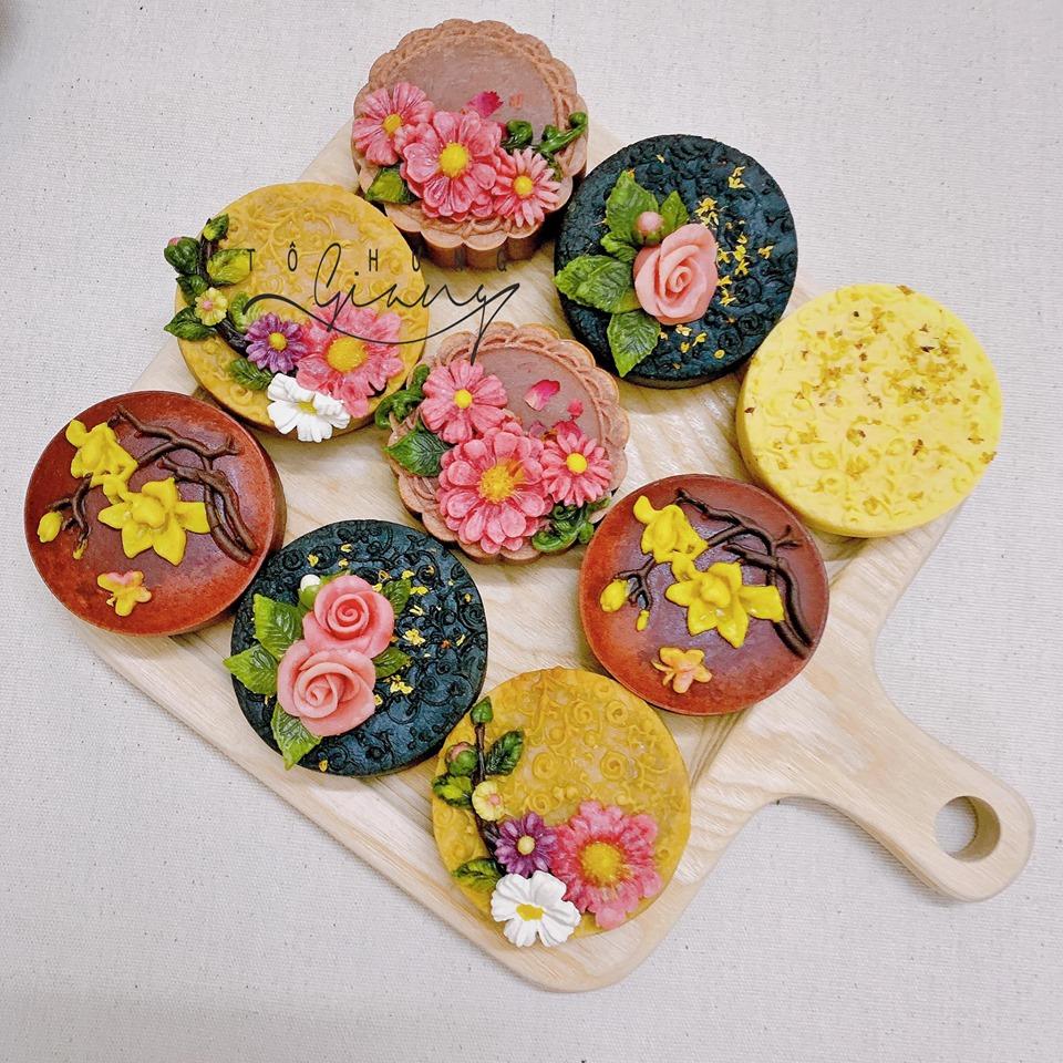 Những bông hoa xinh xắn được gắn một cách khéo léo tạo lên những chiếc bánh nướng độc đáo đầy màu sắc.