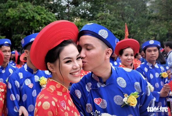 Cô dâu Tôn Nữ Hồng Hạnh (29 tuổi) và chú rể Bùi Duy Văn (28 tuổi) trao nhau nụ hôn ngọt ngào - Ảnh: VŨ THỦY