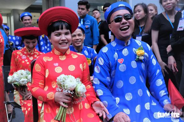 Cô dâu Trần Thị Sang (33 tuổi) và chú rể Lê Chơn Duy (33 tuổi) - đôi uyên ương khiếm thị hút ống kính nhất đám cưới vì lúc nào cũng cười rất tươi - Ảnh: VŨ THỦY
