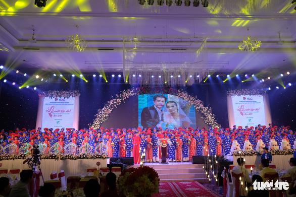 Các đôi uyên ương trên sân khấu chính của lễ cưới - Ảnh: VŨ THỦY