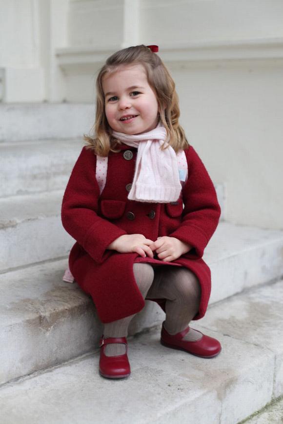 Công chúa Charlotte được mẹ Kate chụp ảnh trước thềm Điện Kensington trong ngày đầu đi mẫu giáo tại London.