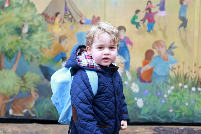 Anh trai của Charlotte, Hoàng tử George, cũng tự đeo balô trong ngày đầu đi nhà trẻ ở Norfolk.