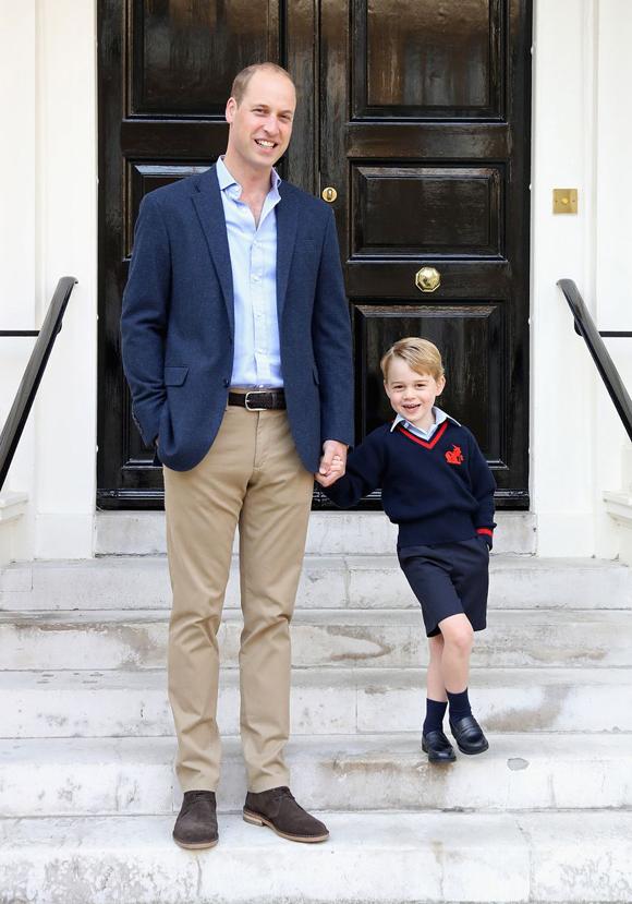 Hoàng tử George được bố, Hoàng tử William, đưa đến lớp khi mới chuyển từ trường ở Norfolk đến học tại London. Thời gian đó, Nữ công tước xứ Cambridge đang ốm nghén vì mang bầu Hoàng tử Louis.