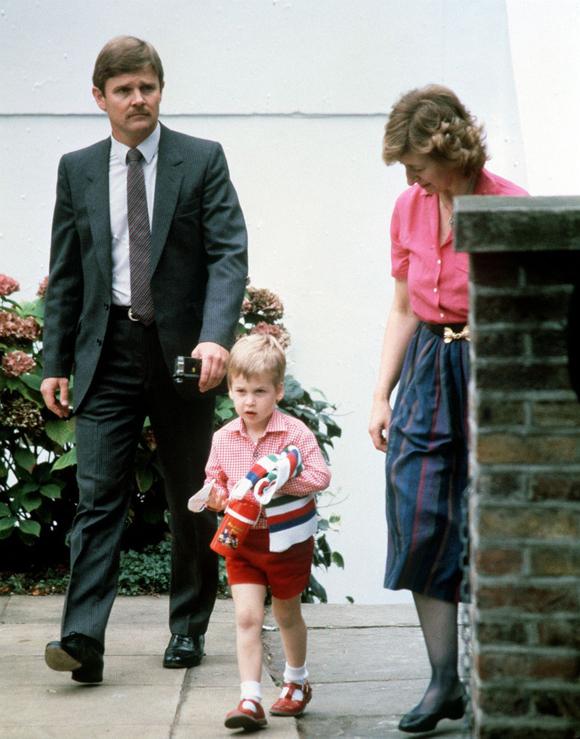 Hoàng tử William mặc nguyên một cây đỏ trong ngày đầu đi mẫu giáo.