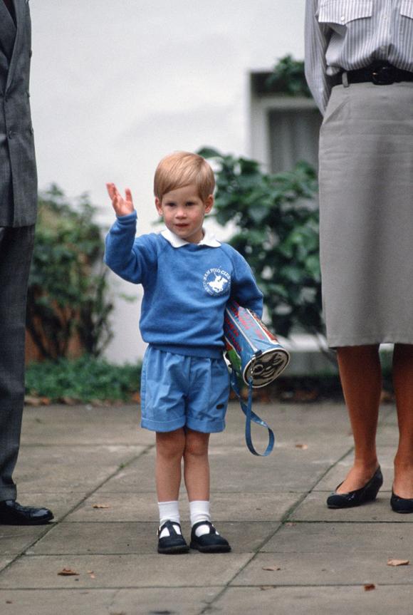 Vào ngày đầu đi học mầm non, Hoàng tử Harry được khen ngợi vì vẫy tay 'đúng chuẩn'.