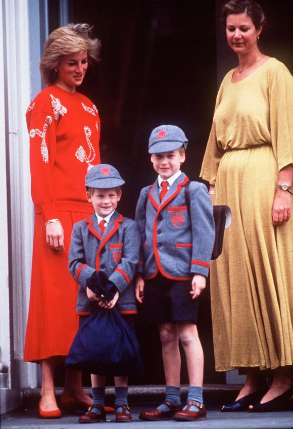 Công nương Diana hào hứng mặc đồng phục của trường Wetherby cho hai con trai.