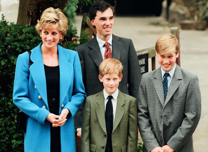 Hoàng tử Harry được mặc vest giống anh trai William trong ngày đầu đến học ở trường Eton.
