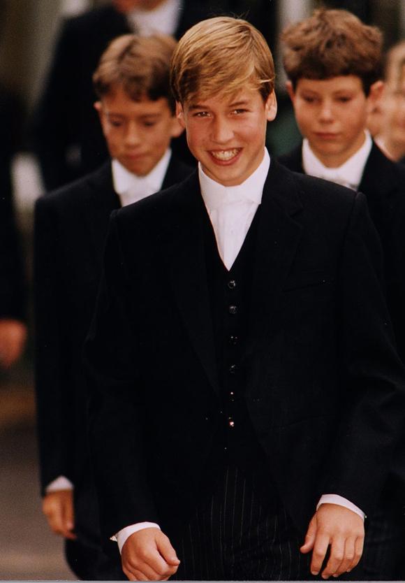 Hoàng tử William lần đầu diện đồng phục của trường Eton.