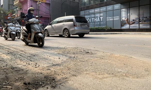 Đường phố ở Hà Nội bụi bẩn do bị đào bới liên miên - Ảnh: XUÂN LONG