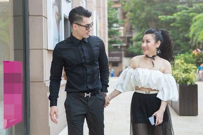 Trương Nam Thành nắm chặt tay vợ khi dạo phố. 'Mọi thứ gác lại, cả hai hoà vào những điều tốt đẹp nhất', anh nói lời tình cảm với vợ.